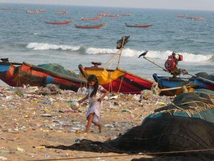 Verdreckter Strand in Puri