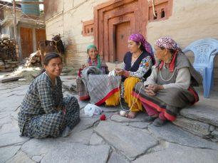 Frauen bei der Handarbeit in Old Manali