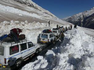 Jeep-Kolonne wartet auf uns nach der Passüberquerung