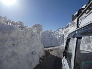 2-3 Meter hohe Schneewände im Lahoul Tal