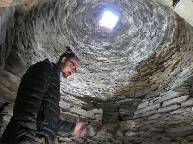 Josef im Inneren der Karawanserei